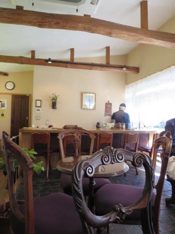 カウンター席では丁寧にドリップしている様子を見ることができます。モカとネルドリップにこだわり続け、エチオピアを訪問したこともある、オーナーの珈琲に対する愛情が窺えますね。