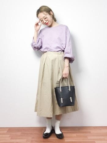 ラベンダー×ベージュが柔らかで春らしいスカートスタイル。黒のバレーシューズと眼鏡でちょっぴり優等生風の雰囲気です。