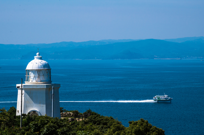 青い海に真っ白な展望台が映えて、絵になる風景ですね。