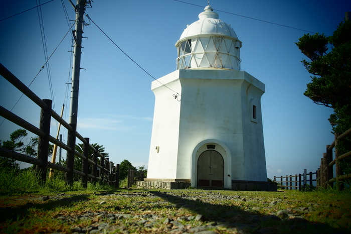 伊王島灯台」は、慶応2年(1866年)に設置された歴史ある灯台です。日本で初となる「鉄造六角形」の洋式灯台で、明治4年(1871年)に本点灯しましたが、長崎原爆の爆風被害のため損傷。その後、幾度か建て替えらました。ですが、灯塔上部のドームは建設当時のものですよ。