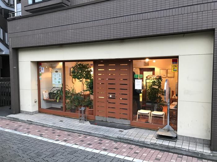 中目黒駅から徒歩約4分のチーズケーキ専門店「ヨハン」。 定年退職したスタッフの平均年齢はなんと70歳以上というから驚きです。