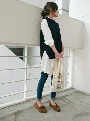 カッチリした印象のネイビー×白の鉄板コーデ。白シャツワンピを合わせて、可愛らしさも忘れずに。