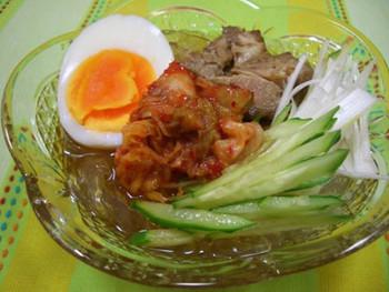 コチュジャンを混ぜたところてんに、キムチや焼豚を加えて韓国風冷麺に。韓国海苔のトッピングもオススメです。