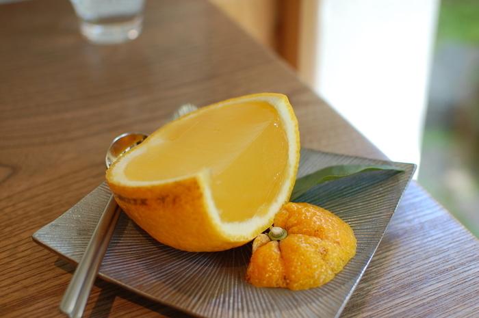 「老松」の代表菓子「夏柑糖」。 純粋種の夏みかんの果汁を寒天で固めた爽やかな生菓子です。夏みかんの生産農家が限られているため、毎年4月1日から製造を開始し、失くなり次第終了します。取れ高によって終了時期が変わるので、出会ったら一度は食して頂きたい美味しい生菓子です。