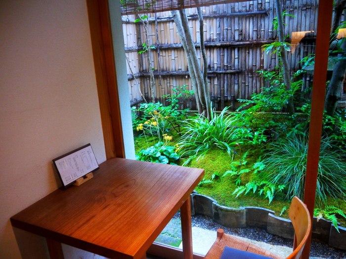 京菓子の伝統を今に伝える老舗和菓子店「老松」。 本店は北野天満宮の門前ですが、ここ嵐山にも長辻通沿いにも支店を構えています。和菓子販売の他、中庭に面した茶房「玄以庵(げんいあん)」も併設。和菓子の味わいとともに、京都ならではのしっとりとした風情も楽しめます。