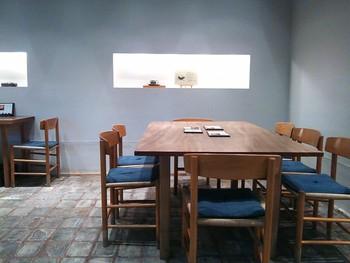 店内は、テーブル席。和と洋を折衷した新しいスタイルの茶房です。