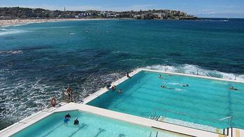 近くには美しいプールも設置されています。海で泳ぐのが苦手な方におススメです!