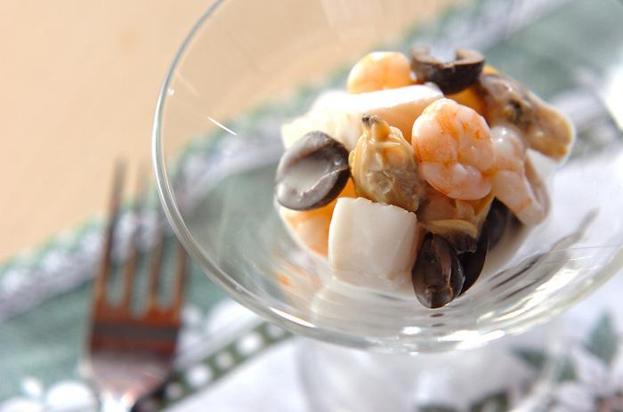 ボジョレーヌーボーのフルーティで繊細な味わいを邪魔しない、さっぱりしたお料理がおすすめ。シーフードマリネのような前菜やおつまみを充実させるのもいいですね。