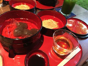 茶房の一番人気は「本わらび餅」。 注文毎に上質の本わらび粉を練り上げて作るわらび餅は、つるつると滑らかな食感。本わらび粉ならではの風味は、格別の味わいです。  その他に人気なのは、京都名産の丹波栗入りの栗善哉や、季節のお菓子とお茶(抹茶・玉露・煎茶・ほうじ茶)のセット、あんみつ等。