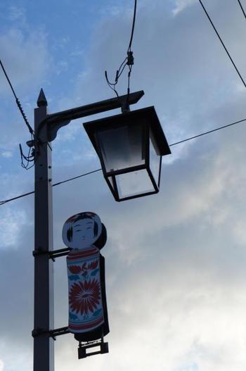 温泉街を明るく灯す街灯にもこけしです。