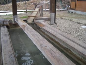 鳴子温泉の共同の駐車場にも大きな足湯があります。お湯が豊かな鳴子温泉、源泉が絶えず流れ込み気持ちの良い足湯が楽しめます。