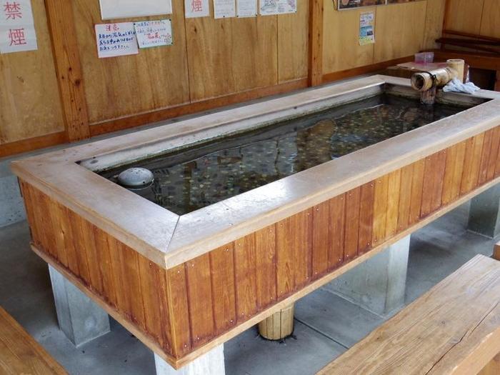 温泉を手軽に楽しめる「手湯」は、足湯よりも早く体が暖まります。手をお湯に浸けてのんびりと過ごす、それだけで気持ちまでほぐれてきます。JR鳴子温泉駅前の「ゆめぐり広場」内にあります。