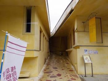 モダンな黄色い建物が特徴的な「早稲田桟敷湯」は、戦後間もなく早稲田大学の学生が掘り当てた温泉で、共同浴場となっています。滝の湯とお湯の感じを比べてみるのもおすすめです。