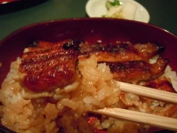 """全国の養鰻場から厳選した鰻を用いた""""鰻の蒲焼き""""は、絶品と評判。嵯峨野の名水に洗われ泥臭さを落とした鰻は、関東風に背開きした後、蒸し上げて、備長炭で丁寧に焼き上げています。  「廣川」の鰻は、ふっくらとして香ばしく、柔らかで上品な味わい。鰻好きの方に一度は味わって頂きたい美味しい鰻重です。"""