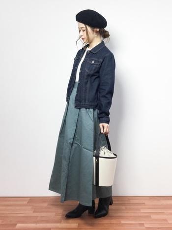 Gジャン×ロングフレアスカートの定番コーディネートに、ころんとしたフォルムのバケツバッグを合わせています。落ち着いたカラーリングに、バッグの爽やかな白が差し色になっていますね。