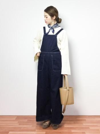 カジュアルなオーバーオールコーディネートに、マットな質感のバケツバッグで、ちょっぴりモードな雰囲気をプラスしています。明るめのベージュのバッグは、上品さがありますね。
