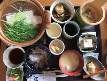 リーズナブルに美味しい豆腐料理を楽しむのなら「嵯峨とうふ 稲」がお勧め。長辻通には、本店と北店の二店舗が営業しています。どちらも清潔感溢れる和の空間で、カジュアルな雰囲気のテーブル席です。