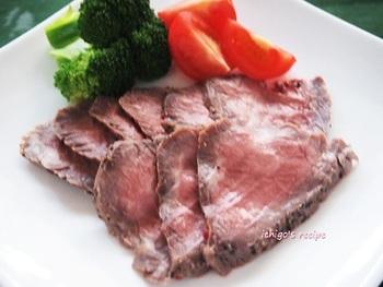 ローストビーフもボジョレーヌーボーにはよく合いますね。ワインにはお肉がなくちゃ…という方におすすめのメニューです。できれば、脂の少ないお肉がいいかもしれませんね。