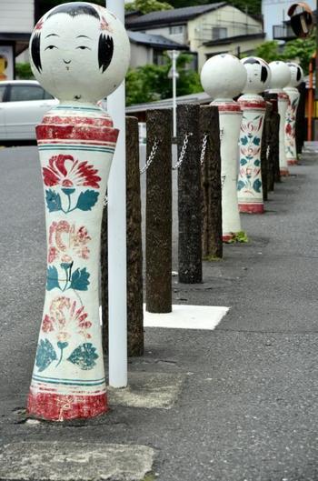 こけしが有名な鳴子、街では多くのこけしに出会えます。JR鳴子温泉駅を出ると、こけしが「ゆめぐり広場」へと誘導してくれます。