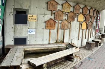 JR鳴子温泉駅には足湯が併設されています。鳴子温泉に到着してまず足湯をしたり、帰りの電車までの待ち時間に楽しむのがおすすめです。
