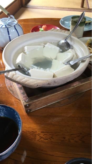 庭園が見渡せる座敷で頂くのは、名店「森嘉」の豆腐を用いた湯豆腐と精進料理がコースになった「湯どうふ定食」のみ。