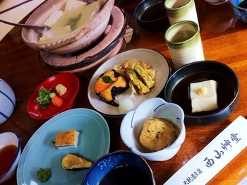 「湯どうふ定食」は、湯豆腐に、ごま豆腐・ひろうす(ガンモドキ)・精進料理・精進揚げ・ご飯・香の物。 寺院ならではの風情を楽しめ、美味でヘルシー、リーズナブルで大満足と評判高い名店です。