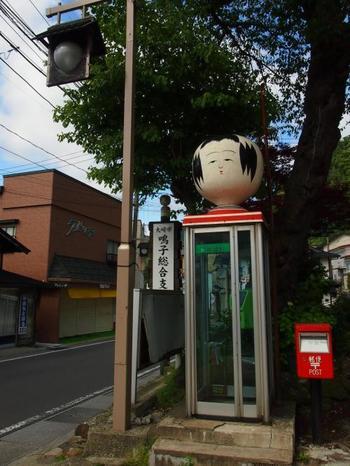 大崎市鳴子総合支所にある電話ボックスの上にもこけしです。