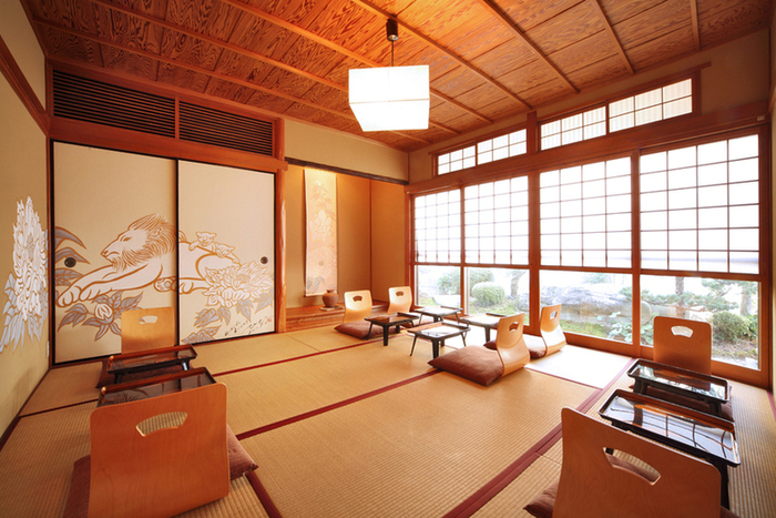 広大な日本庭園に接する店内は、風情ある和の設えながらも、襖絵や壁絵はモダン。座卓席だけでなく、ソファ席やテーブル席もあります。