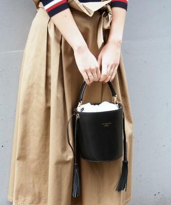 大人っぽく型崩れしにくいレザー素材のバケツバッグ。カッチリしたレザータイプは、ゆるコーデに程よいきちんと感をプラスしてくれます。