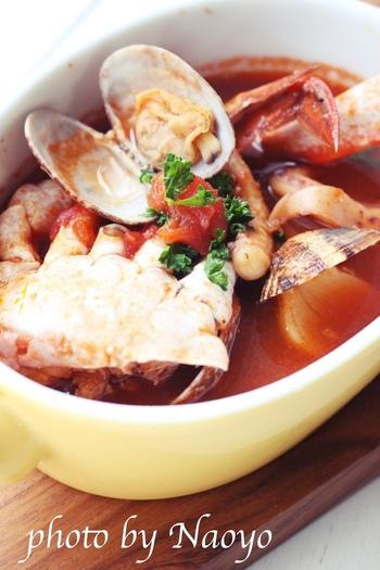 白ワインによく合うブイヤベースは、ボジョレーヌーボーにもよく合います。具材に決まりはないので、好きな魚介類を入れて楽しみましょう。こちらのブイヤベースには、渡り蟹やイカ、アサリなどがたっぷりで、魚介のいいだしがきいています。