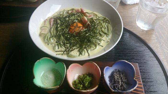 ランチで人気なのは、京のおばんざいが色とりどりに楽しめる「嵯峨御膳」と「茶そばカルボナーラ」。 【画像は、「茶そばカルボナーラ」。しば漬け・塩昆布・粉チーズをかけながら、好みの味に仕立てて頂きます。】