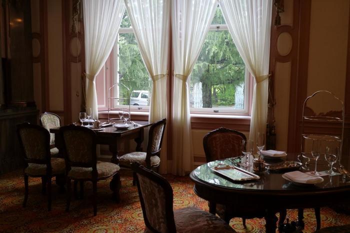 レストランは、長楽館の本館にあります。明治時代から、ほとんど改装せずに使われているそう。調度品が30点以上置かれていたりと、貴族気分をもてなすような上質な空間。一流シェフが腕を振るうフレンチとイタリアンを堪能できます。