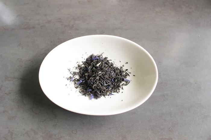 茶葉を量ります。この写真では5g。普通の紅茶のおよそ倍量で結構山盛りです!こちらもお好きな量で調節してみて。