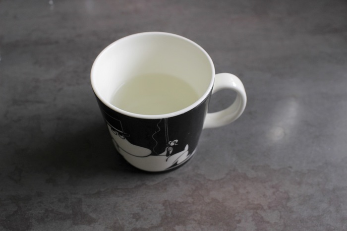 お好みのカップに7分目までお湯を注ぎます。お湯とミルクの量によって味が変わりますので、お好きな濃さをぜひ研究してみてくださいね。