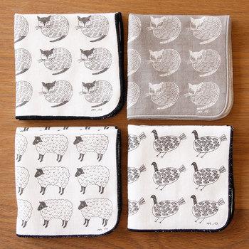 人気イラストレーター・松尾ミユキさんがデザインを手掛けるハンドタオル。絵柄は「ネコ」、「ひつじ」、「とり」の三種類。カラーはホワイトとグレーの2色展開しています。