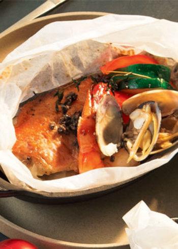 白身魚やエビ、アサリなど海の幸が詰まった贅沢な包み焼き。紙を開いた瞬間に、海の香りが広がります。スペシャル感のあるお料理は、ボジョレーを楽しむパーティなどにも合いそうですね。