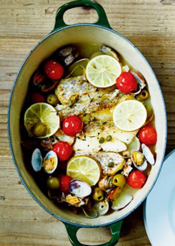 鯛やアサリなどの魚介をオーブン焼きに。おしゃれなお鍋で作って、そのままテーブルに出せば、にぎやかなパーティになりますね♪プチトマトやグリーンオリーブ、ケーパーなどが素敵な彩りを添えます。