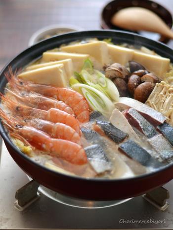 ボジョレーヌーボーは、魚介の鍋にもとても合います。写真は、かつお香味だしの魚介鍋。ブリ、鮭、エビなどがたっぷりです。カニ鍋なども驚くほどマッチしますので試してみてください。