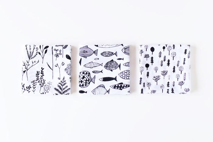 フィンランドのアーティスト「マッティ・ブクヤムサ」氏が描くイラストは、どれもぬくもりあるタッチで可愛い。北欧の地でのびのび育つ植物を描いた「植物(写真左)」や、大小さまざまな魚が群れになって泳ぐ「魚(写真真ん中)」、チャーミングな「北欧の森(写真右)」も素敵です。