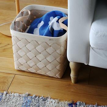 皮の持ち手がついているので、ちょっと移動させたい時にも持ち運びやすいです。 Lサイズは、衣類やブランケットなどもすっぽり入るので、部屋着やひざ掛けを入れてソファ脇などにおいておくのもいいですね。