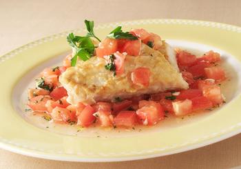 簡単に作れて見た目もきれいなカジキのステーキ。マリネしたトマトを合わせています。おもてなしにもおすすめの、爽やかなおいしさの魚介メニューです。