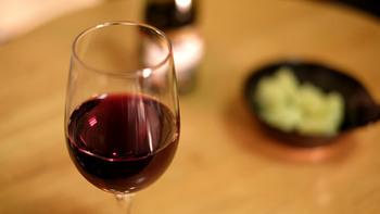 ボジョレーヌーボーは、フランス・ボジョレー地方のヌーボー(新酒)。ぶどうをつぶさずに仕込んでいるので、渋みが少なくフレッシュでフルーティな味わいが特徴です。