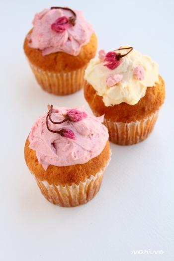 【苺チーズディップを乗せマフィン】 マフィンの甘みとチーズディップの酸味がベストマッチ!苺の香りと桜の花の飾りも、春を演出してくれていますね。