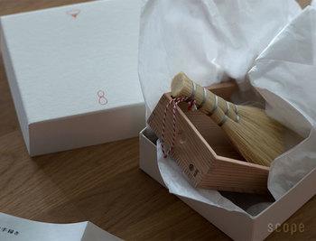 高級材の秋田杉柾目材でできていて、釘や接着剤を使わない『指物(さしもの)』という伝統的な手法で作られています。ちょっと変わった出産祝いとしても、オススメの一品です。