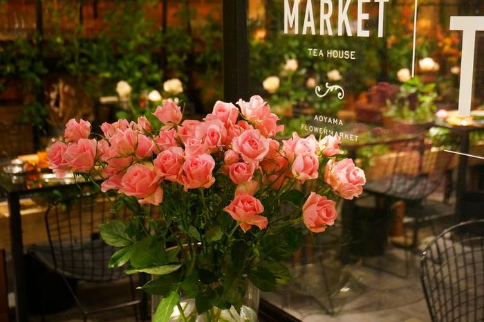 表参道駅より徒歩1分。青山フラワーマーケット南青山本店の奥にあり、店内はお花でいっぱいです。店内の雰囲気もさることながら、お食事も美味しく、ファンの多いカフェです。