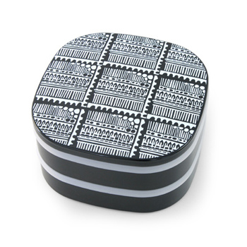 何とこんなおしゃれな重箱も!中を仕切れる小鉢が4つ付いているので、お花見やピクニックに便利に使えます。