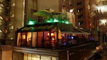 表参道駅から徒歩2分。デザイナーズビルの最上階にあるこのカフェは、NYのペントハウスのような雰囲気で一面ガラス張りの開放的なつくりとなっています。