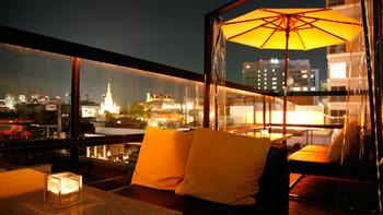 夜のテラス席からはライトアップされたセントグレース大聖堂などの美しい夜景を楽しむことができます。