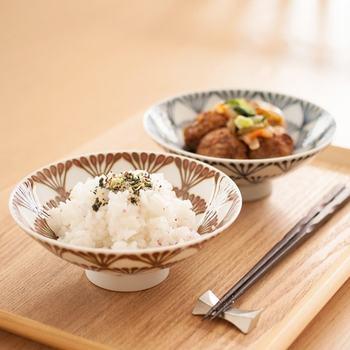 白山陶器は、波佐見焼で有名な長崎県波佐見町で400年以上の歴史を持つ陶磁器ブランド。数々のロングセラーアイテムがある中で、不動の人気を誇るのがこちらの平茶碗です。
