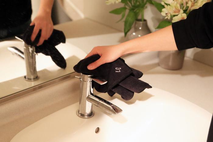 いろいろな掃除の仕方があるけれど、掃除をするには「拭き掃除」が欠かせません。きゅきゅっと拭けば、あっという間に綺麗になります。機械に頼らず手を動かすので、面倒くさいと思われがちですが、力の入れ加減も調整できるし、汚れをダイレクトに綺麗にできるので、一番シンプルで一番安全な掃除方法です。